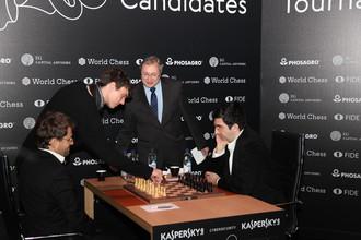 Владимир Крамник (справа) удачно начал турнир претендентов