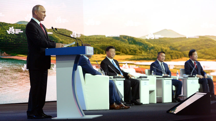Президент России Владимир Путин выступает на пленарном заседании «Дальнии Восток: расширяя границы возможностей» IV Восточного экономического форума (ВЭФ-2018), 12 сентября 2018 года