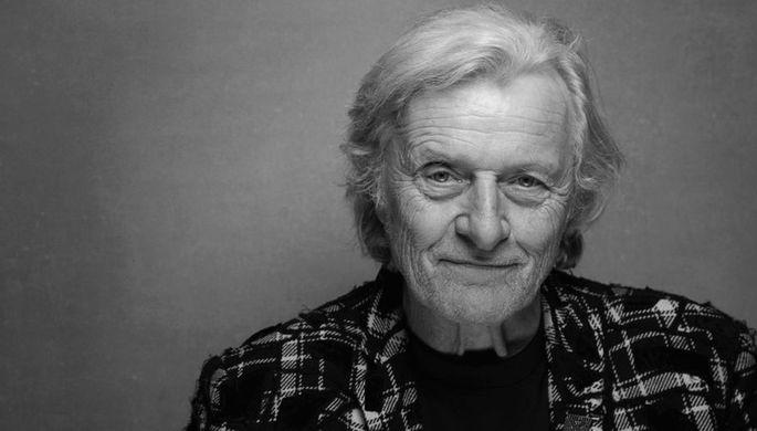 <b>Рутгер Хауэр (23 января 1944 — 19 июля 2019) </b> Нидерландский и американский актер, кинорежиссер, сценарист и продюсер. Наибольшую известность ему принесли роли в фильмах «Бегущий по лезвию», «Попутчик», «Зов предков», «Достучаться до небес», «Город грехов» и «Братья Систерс». Всего он сыграл в более чем 150 картинах