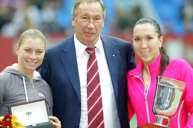 Российская теннисистка Вера Звонарева (слева), президент Федерации тенниса России Шамиль Тарпищев и сербская теннисистка Елена Янкович, ставшая победительницей в финальном матче теннисного турнира «Кубок Кремля» в СК «Олимпийский», 2008 год