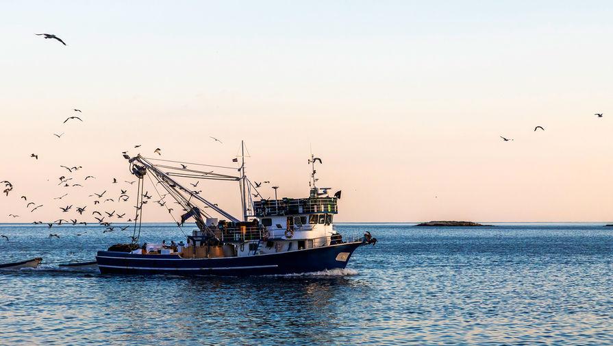 Судно с 30 рыбаками загорелось у берегов Приморья
