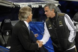 Жозе Моуринью (справа) жмет руку главному тренеру «Малаги» Мануэлю Пеллегрини