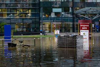 Площадь у железнодорожного вокзала в Адлере, затопленная из-за ливней