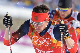 Максим Вылегжанин (Россия) на дистанции полуфинального забега командного спринта в соревнованиях по лыжным гонкам среди мужчин