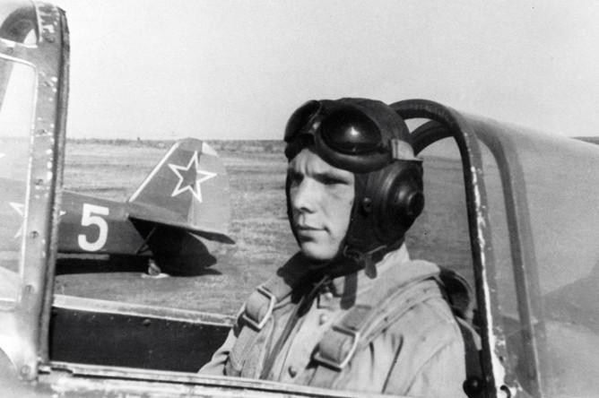 Юрий Гагарин на спортивном самолете аэроклуба ДОСААФ города Саратова. Сентябрь 1955 года