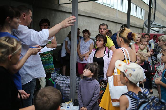 Украинские беженцы во время ожидания переправки