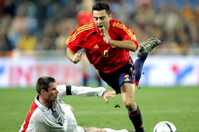 Хави и Джейми Каррагер в матче Испания — Англия (2004)