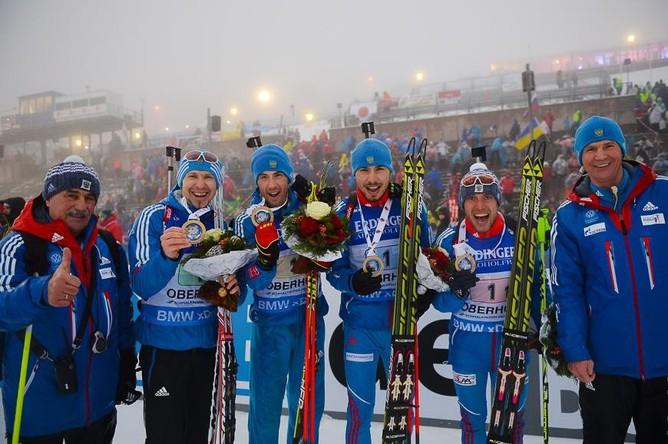 Золотая эстафетная четверка с тренерами Александром Касперовичем (крайний слева) и Андреем Падиным (справа).