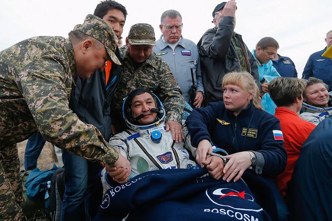 Казахстанский космонавт Айдын Аимбеков (в центре) после приземления капсулы корабля «Союз ТМА-16М»