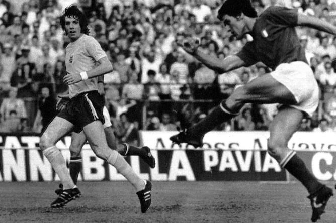 Фабио Капелло (справа) в матче против сборной Англии, 1973 год