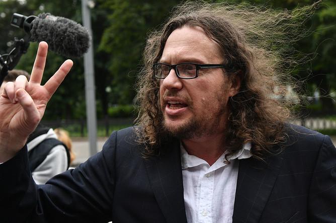 Бизнесмен Сергей Полонский после вынесения приговора и освобождения у здания Пресненского суда, 12 июля 2017 года