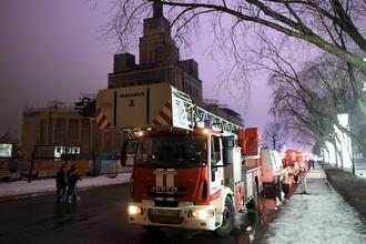 Пожарные автомобили около здания павильона №1 «Центральный» на ВДНХ после пожара, 13 декабря 2017 года
