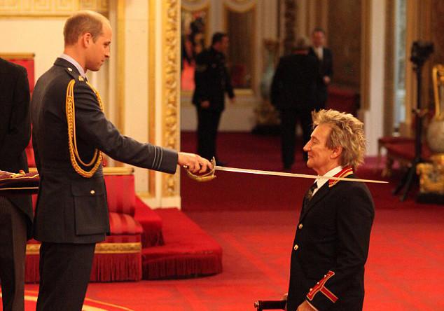 Род Стюарт и принц Уильям во время церемонии в Букингемском дворце