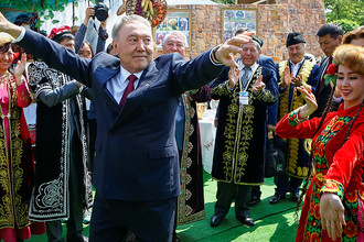 Президент Нурсултан Назарбаев на празднике единства народа Казахстана в Алматы, 1 мая 2016 года
