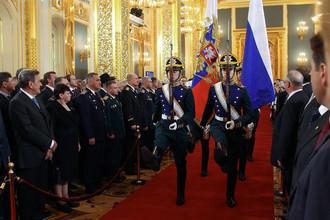 Штандарт президента Российской Федерации и государственный флаг Российской Федерации вносятся в Андреевский зал Большого Кремлевского дворца на церемонии инаугурации избранного президента РФ Владимира Путина, 7 мая 2012 года