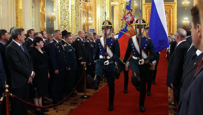 Штандарт президента Российской Федерации и государственный флаг Российской Федерации вносятся в...