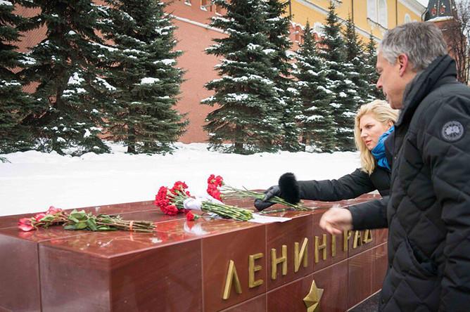 Посол СШАвРФДжон Хантсман с супругой Мэри Кэй в Александровском саду, 27 января 2018
