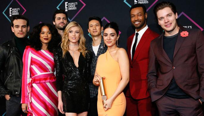 Актеры из сериала «Сумеречные охотники» во время церемонии вручения премии People's Choice Awards в Санта-Монике, 11 ноября 2018 года