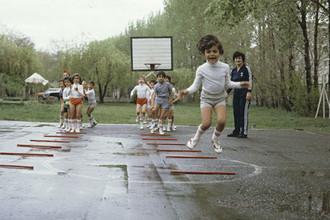 Воспитанники детского сада Ленинакана на занятии физкультурой