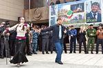 Рамзан Кадыров танцует наплощади Грозного вдень отмены режима контртеррористической операции натерритории республики, 2009год