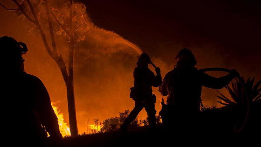 Тушение пожара в городе Бонсалл, Калифорния, США, 7 декабря 2017 года