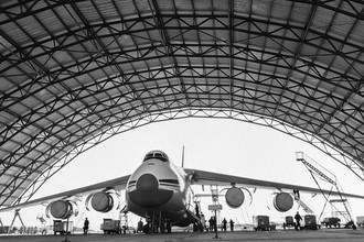 1 апреля 1988 г. Самый крупный в мире серийный грузовой самолёт Ан-124 «Руслан»