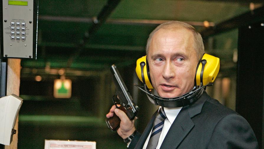 Владимир Путин во время посещения новой штаб-квартиры Главного разведывательного управления (ГРУ) Генерального штаба Вооруженных Сил России, 2006 год