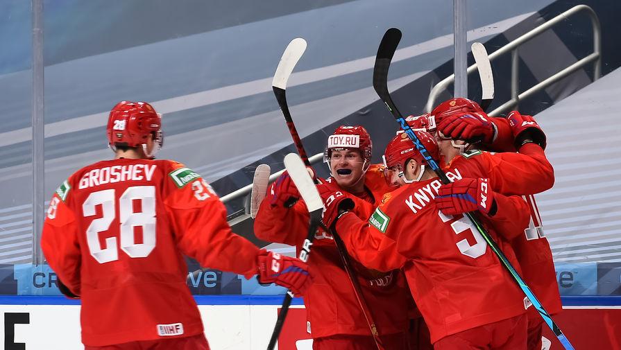 Хоккеисты молодежной сборной России празднуют заброшенную шайбу в игре с США