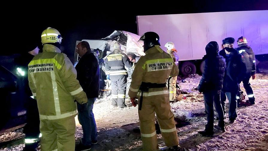 На месте столкновения грузовика DAF, внедорожника «Шевроле Нива» и пассажирского микроавтобуса Citroën в Самарской области, 29 января 2021 года