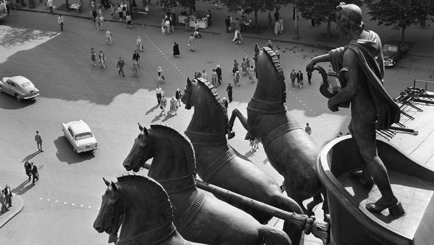 В середине 1950-х годов по проекту художника Федора Федоровского для Большого театра был создан новый парчовый занавес, который стал одним из ключевых элементов оформления сцены. В 1958 году прошла первая послевоенная капитальная реставрация, в ходе которой у здания появилась система кондиционирования. На фото: фрагмент квадриги на фронтоне Большого театра, 1961 год