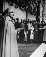 Реза Шах Пехлеви во время публичного появления неустановленной локации, ноябрь 1941 года