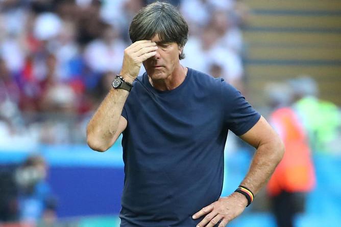 Тренер сборной Германии во время матча группового этапа чемпионата мира по футболу между сборными Южной Кореи и Германии, 27 июня 2018 года