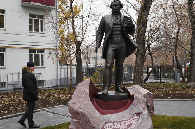 Памятник Ивану Тургеневу около музея писателя на Остоженке в Москве, 10 ноября 2018 года