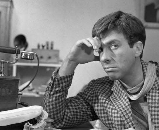Актер Сергей Юрский в роли Остапа Бендера в сцене из фильма «Золотой теленок» (режиссер Михаил Швейцер), 1967 год