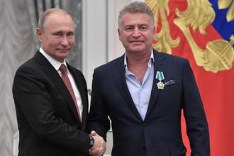 Президент России Владимир Путин и певец Леонид Агутин, награжденный орденом Дружбы, на церемонии награждения в Екатерининском зале Кремля, 27 ноября 2018 года