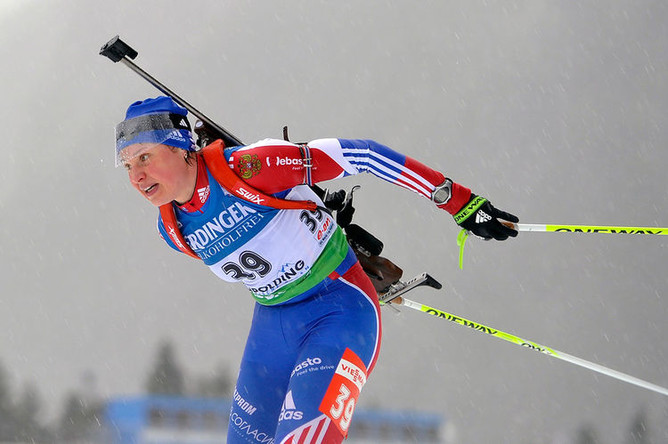 Россиянка Анна Богалий участвует в индивидуальной гонке на 15 км во время пятого этапа Кубка мира по биатлону в немецком Рупольдинге, 2011 год