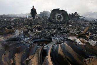 На месте крушения Boeing 777 авиакомпании Malaysia Airlines в Донецкой области Украины, 17 июля 2014 года