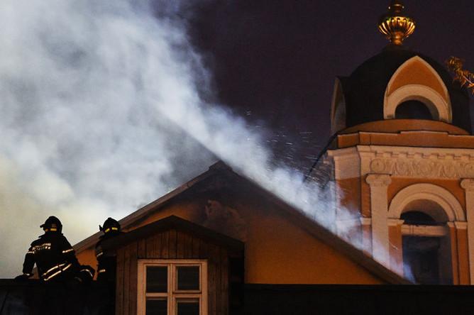 Сотрудники МЧС тушат возгорание кровли одного из зданий Богородице-Рождественского женского монастыря в Москве, 26 августа 2019 года