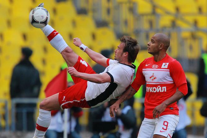 Захари Сираков выбивает мяч подальше от ворот