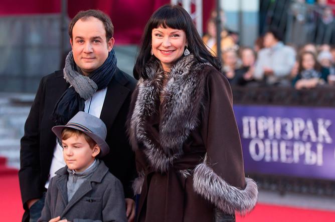 Актриса Нонна Гришаева с супругом Александром Нестеровым и сыном Ильей перед премьерой мюзикла «Призрак оперы», которая прошла на сцене МДМ