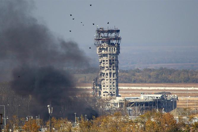 Уничтоженная диспетчерская вышка в аэропорту Донецка