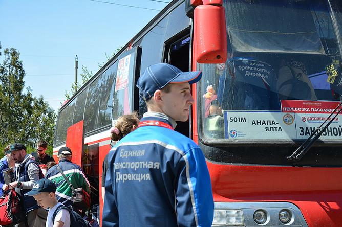 Представители «Единой транспортной дирекции» встречают пассажиров поездов, следующих по единому билету, и провожают их к автобусам
