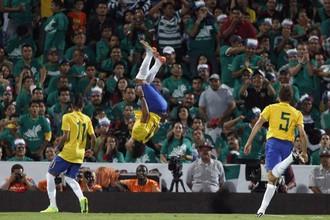 Сборная Бразилии вырвала победу, играя вдесятером