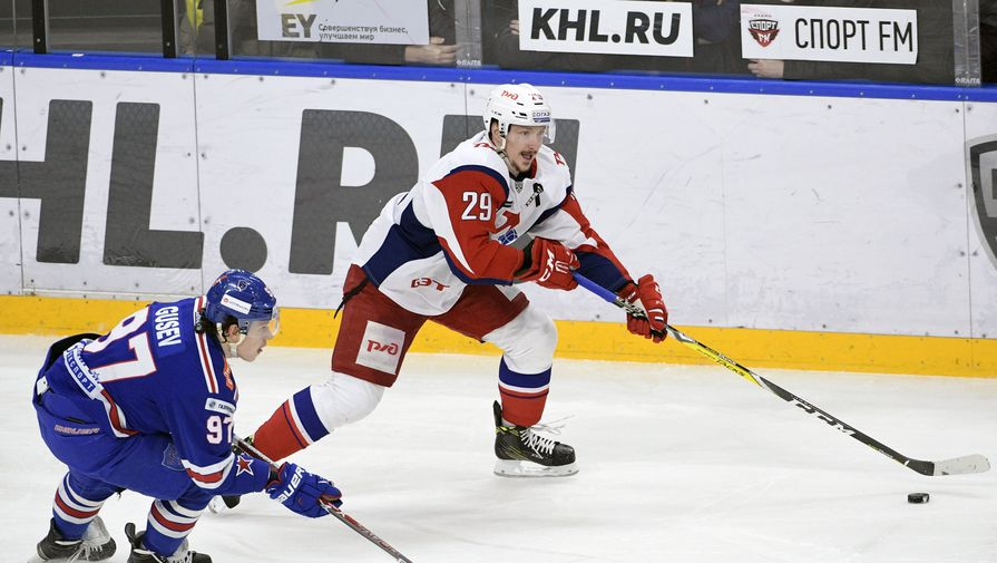 Игрок Никита Гусев СКА (слева) и игрок «Локомотива» Егор Аверин