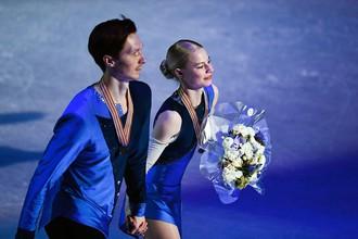 Евгения Тарасова и Владимир Морозов (Россия), завоевавшие бронзовые медали в парном катании на чемпионате мира по фигурному катанию в Хельсинки, во время церемонии награждения