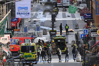 Улица в центре Стокгольма, где грузовой автомобиль проехал сквозь толпу, 7 апреля 2017 года