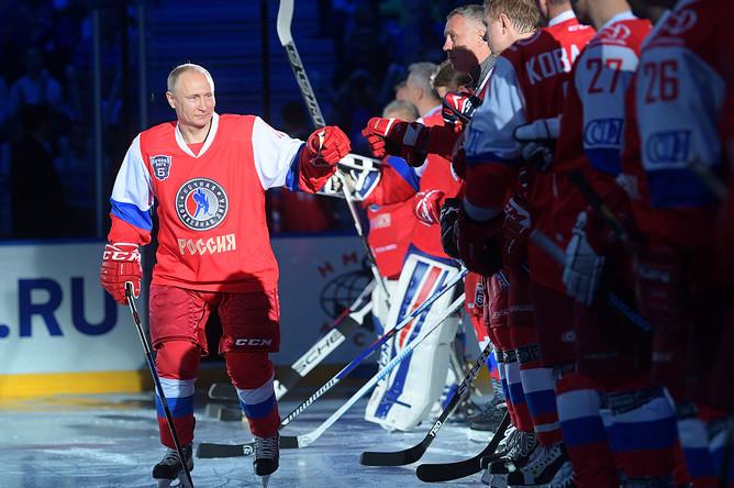 Владимир Путин перед началом гала-матча VI Всероссийского фестиваля Ночной хоккейной лиги в ледовом дворце «Большой» Олимпийского парка Сочи