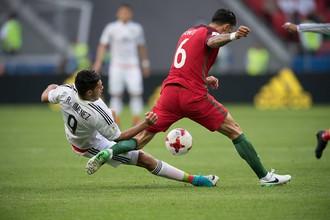 Футболисты сборных Португалии и Мексики на мачте Кубка конфедераций — 2017