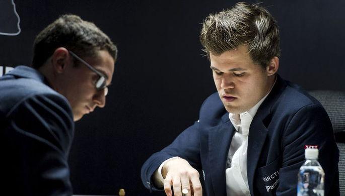 Магнус Карлсен (справа) и Фабиано Каруана