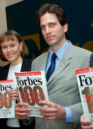 Главный редактор русской редакции журнала Forbes Пол Хлебников с выпуском журнала, май 2004 года
